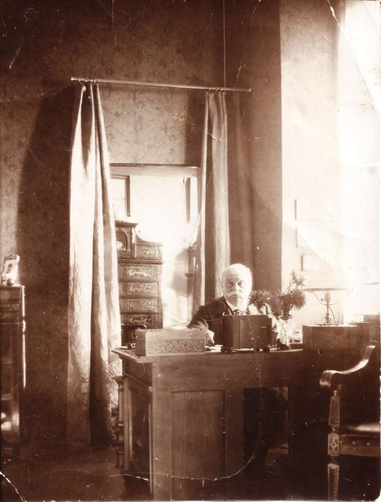 Franz Fromm am Schreibtisch auf Schloss Rametz