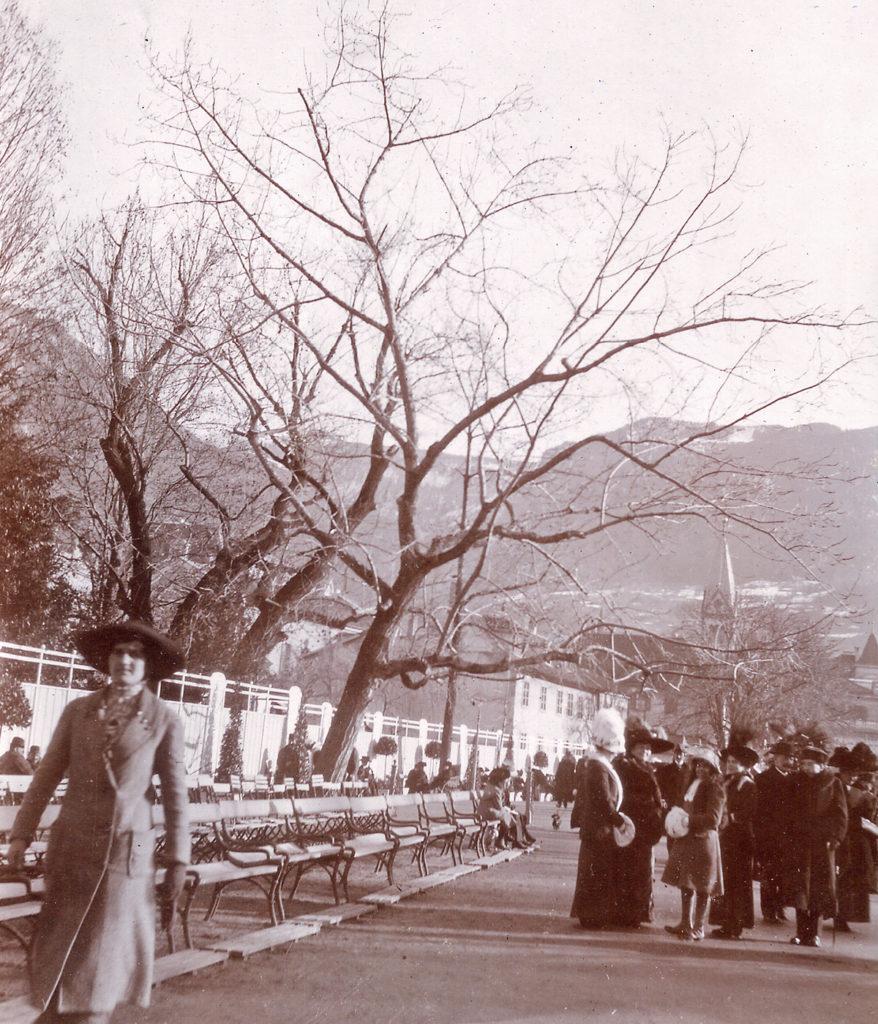 Famiglia Fromm sulla passeggiata Kurpromenade a Merano (ca. 1905)