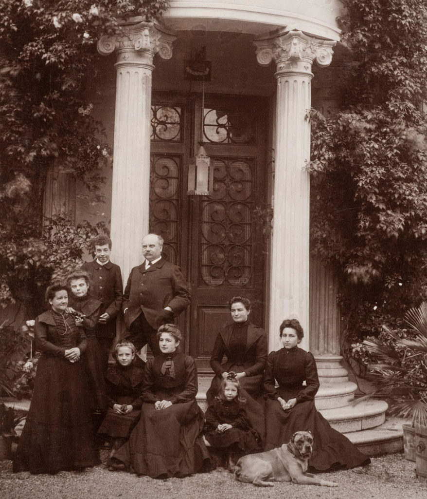 Family Fromm in front of their villa in Barcelona (c. 1902)