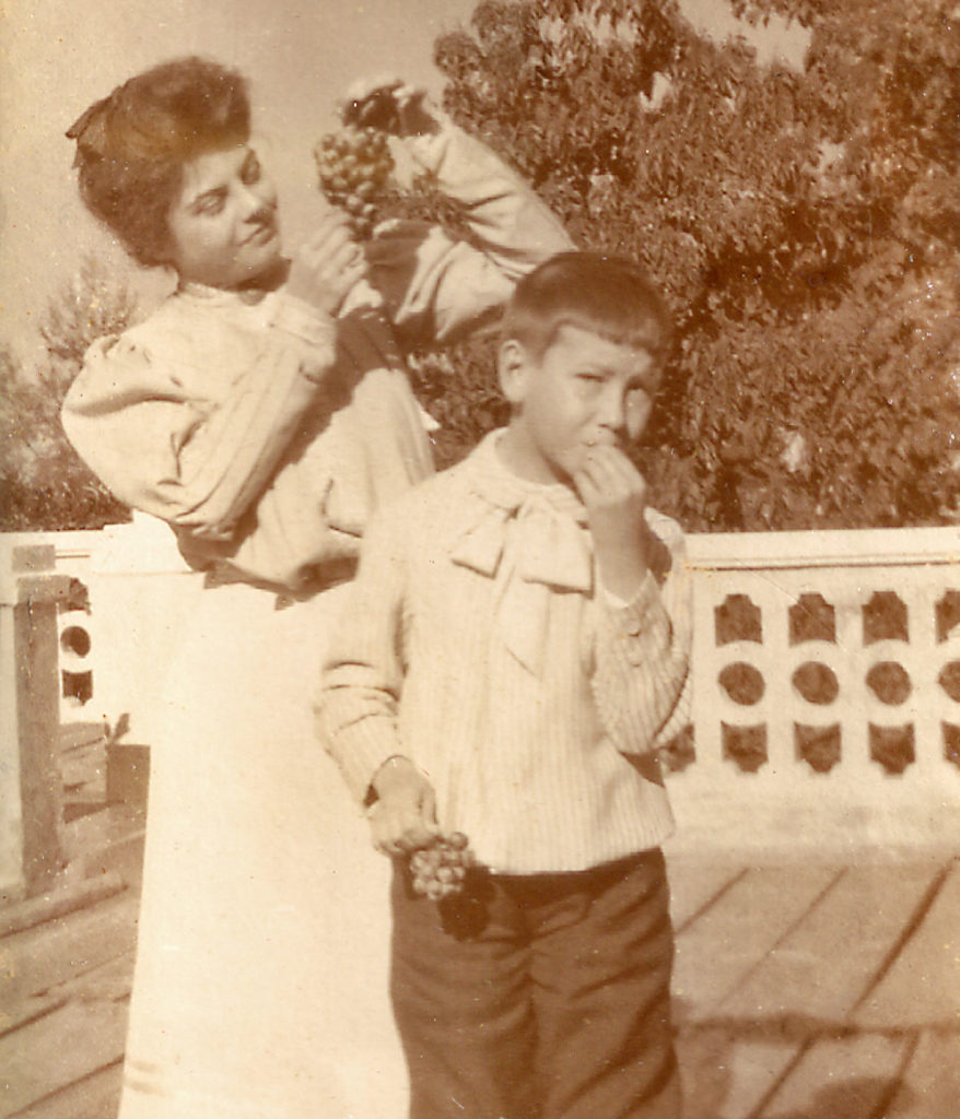 Luisa und Paco Fromm auf der Veranda der Villa Hellbrunn beim Verspeisen der berühmten Meraner Trauben (ca. 1906)