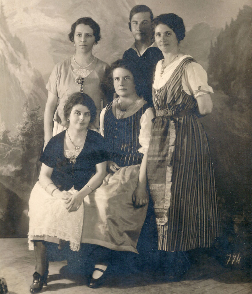Luisa, Paco and Zoila Fromm with Paula Litzinger and Zora Vipauc (1924)