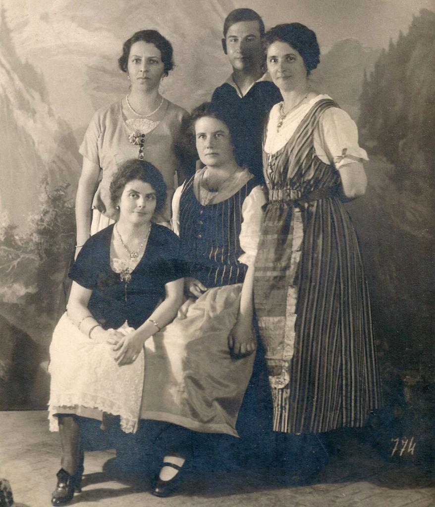 Luisa, Paco und Zoila Fromm mit Paula Litzinger und Zora Vipauc (1924)