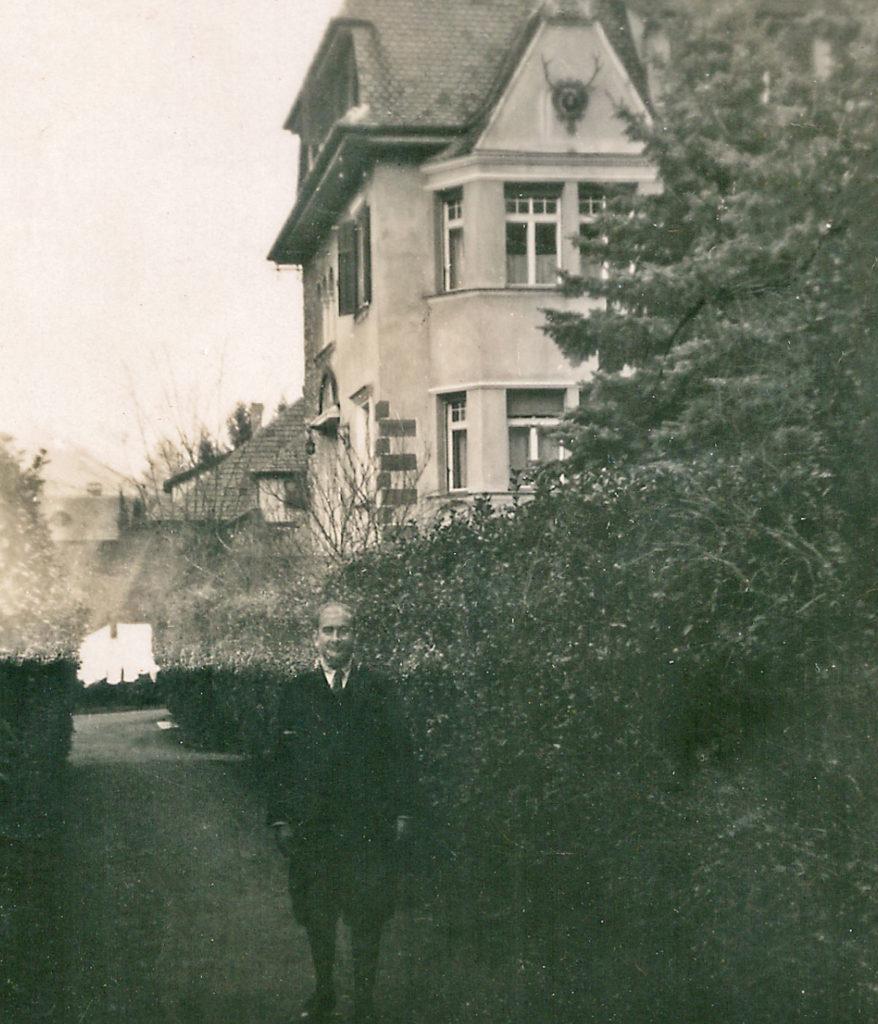 Paco vor der Villa Freischütz (ca. 1930)