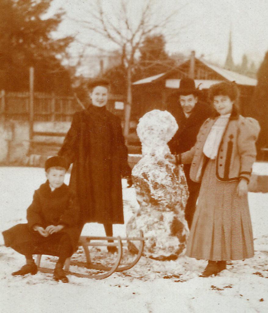 Paco, Zoila, Jorge e Luisa Fromm nella neve a Merano (ca. 1906)