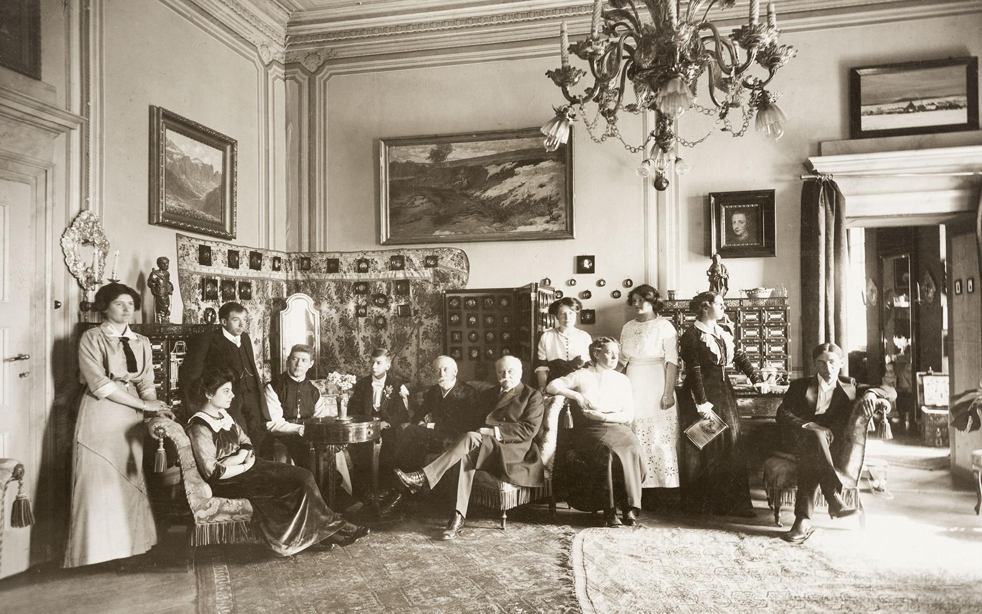 Nel salone di Castel Rametz, circondati dalla collezione di rappresentanza (1912)