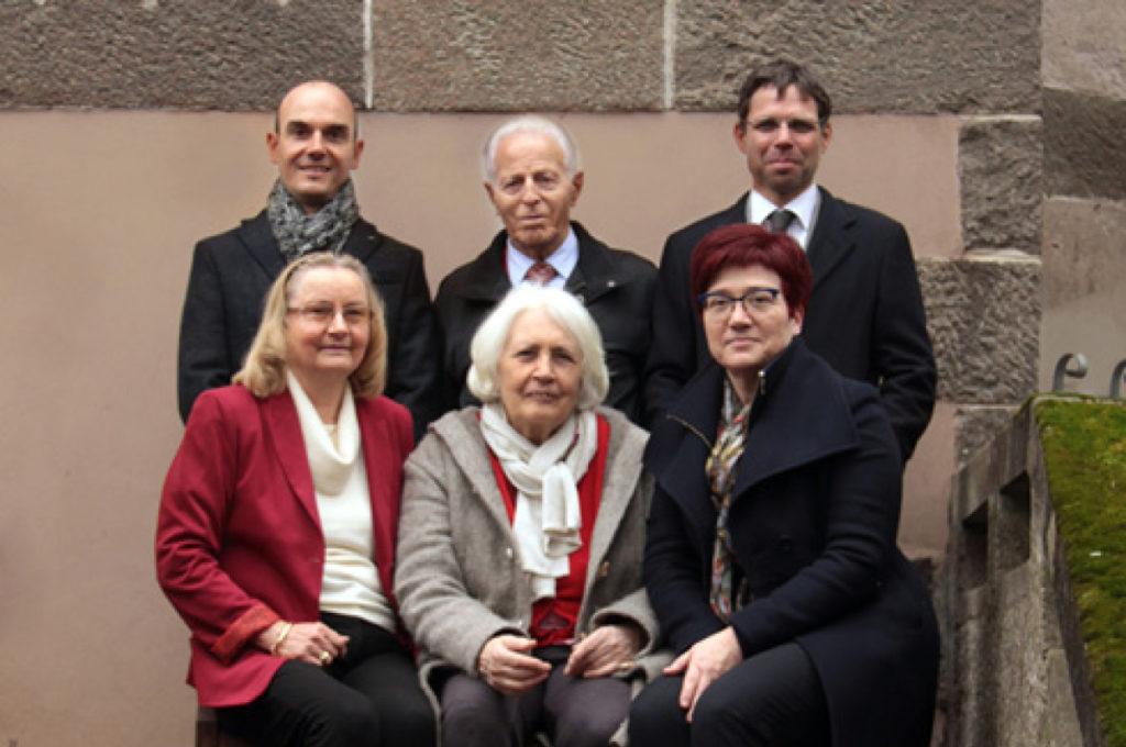 Foto vom Stiftungsrat: Reihe hinten von links RA Gerhard Fasolt, Vinzenz Hofer, Dr. Florian Kiem Reihe vorne von links Vizepräsidentin Karin Pircher, Dr. Arch. Anntraud Torggler, Präsidentin Dr. Arch Herta Waldner