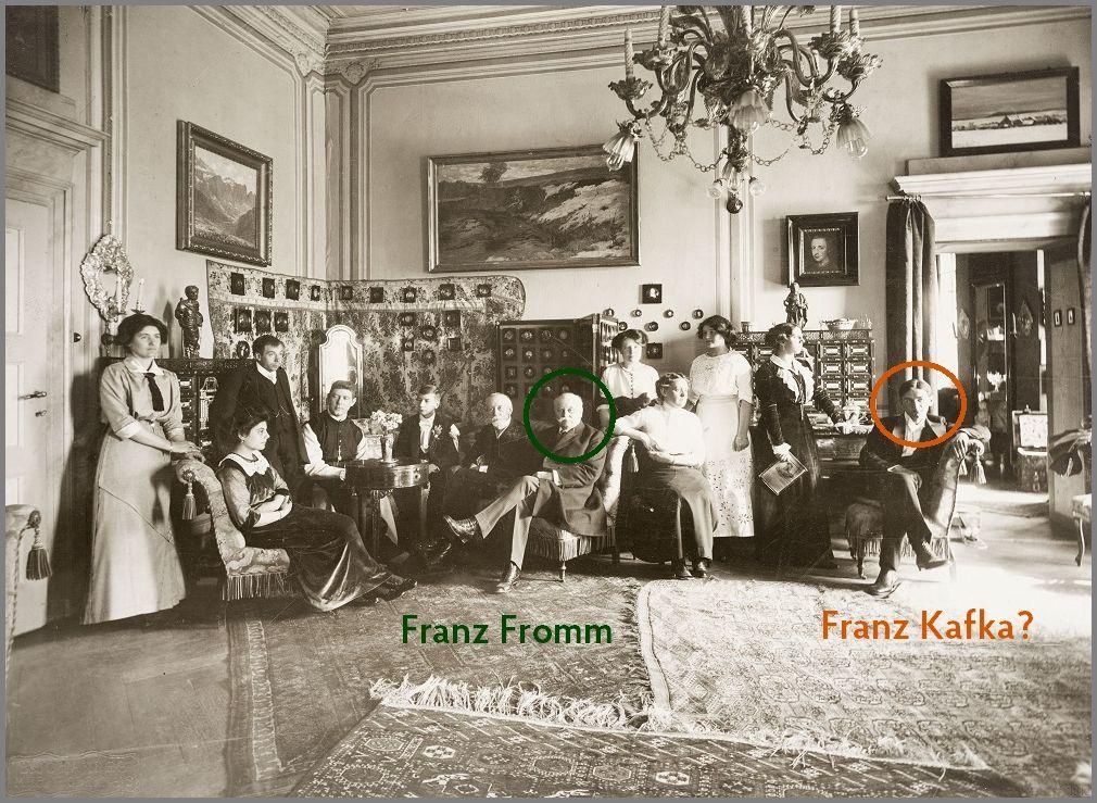 """Franz Fromm mit Festgesellschaft im Salon von Schloss Rametz. Einer der Gäste ist mit """"Franz Kafka?"""" gekennzeichnet."""