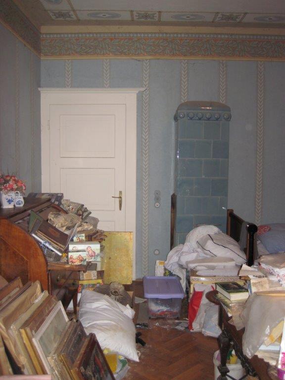 Blick in ein vollgestelltes Zimmer in der Villa Freischütz